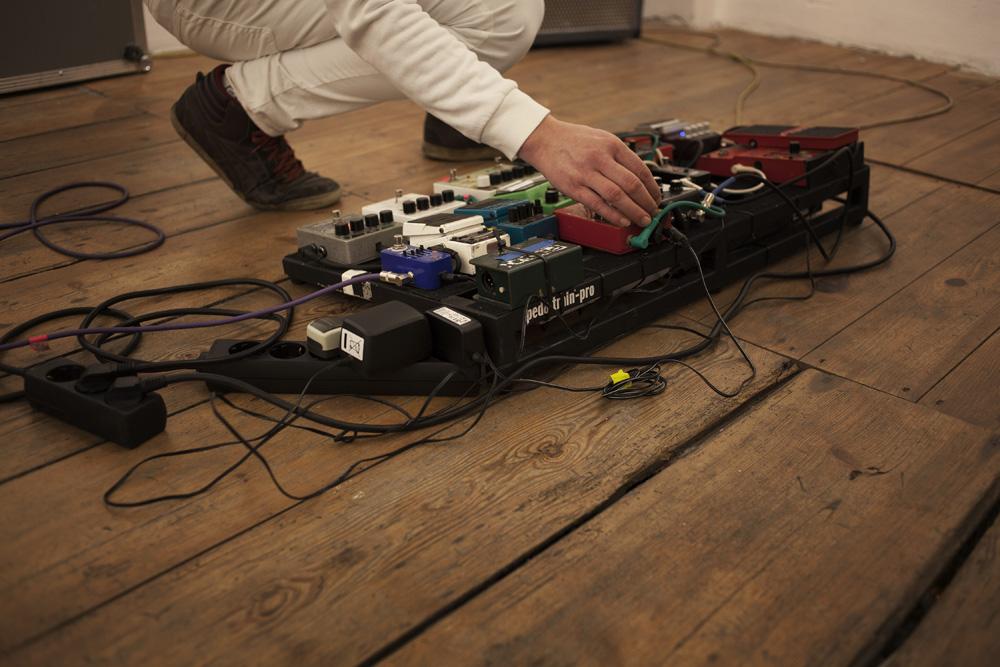 Fritz Brückner playing - loop and effect modules - photo by Ana Baumgart